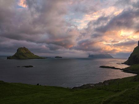 Sundown at Gásadalu - Prachtig uitzicht vanaf Gásadalur bij zonsondergang op Mykines - foto door Lakesite op 13-09-2017 - deze foto bevat: lucht, wolken, kleur, zon, uitzicht, zee, water, natuur, zonsondergang, reizen, landschap, zomer, bergen, wandelen, reisfotografie, europa, Faeröer