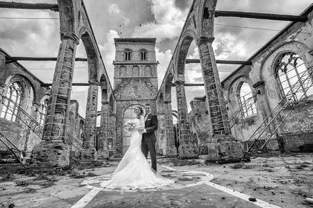 portfolio-1 - huwelijksfoto in de ruïne van uitgebrande kerk - foto door dickyclaeys op 23-02-2020 - deze foto bevat: huwelijk