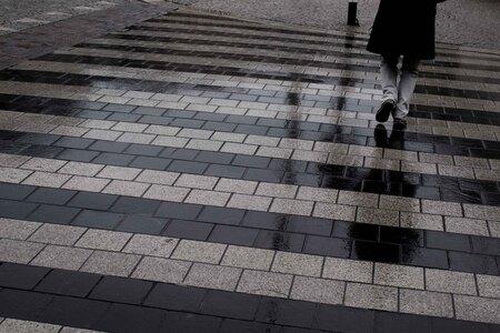 lonley and wet - Natte straten in Amsterdam. de gehele dag regen. een eenzame wandelaar. - foto door LeoKlinkenberg op 25-02-2011 - deze foto bevat: leoklinkenberg, Amsterdam. straat