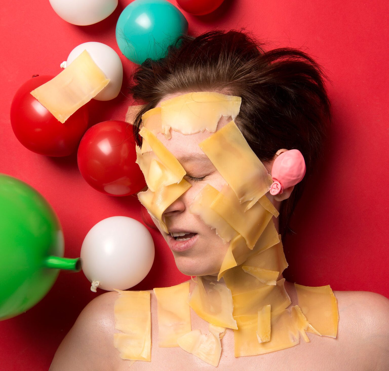 Manon - Manon is een echte Hollandse dame. Altijd als ik bij haar thuis kom heeft ze heerlijke borrelhapjes staan zoals kaas en vleeswaren. Tijdens het snack - foto door SophieVermeulen op 14-04-2021 - deze foto bevat: kaasmeisje, balloons, fineartphothography, portraitstillife, holland, feestje, borrelhapjes, portret, kaas, saychees, lifeconversations, neus, gezichtsuitdrukking, orgaan, oor, ballon, gebaar, geel, pret, rood, wimper