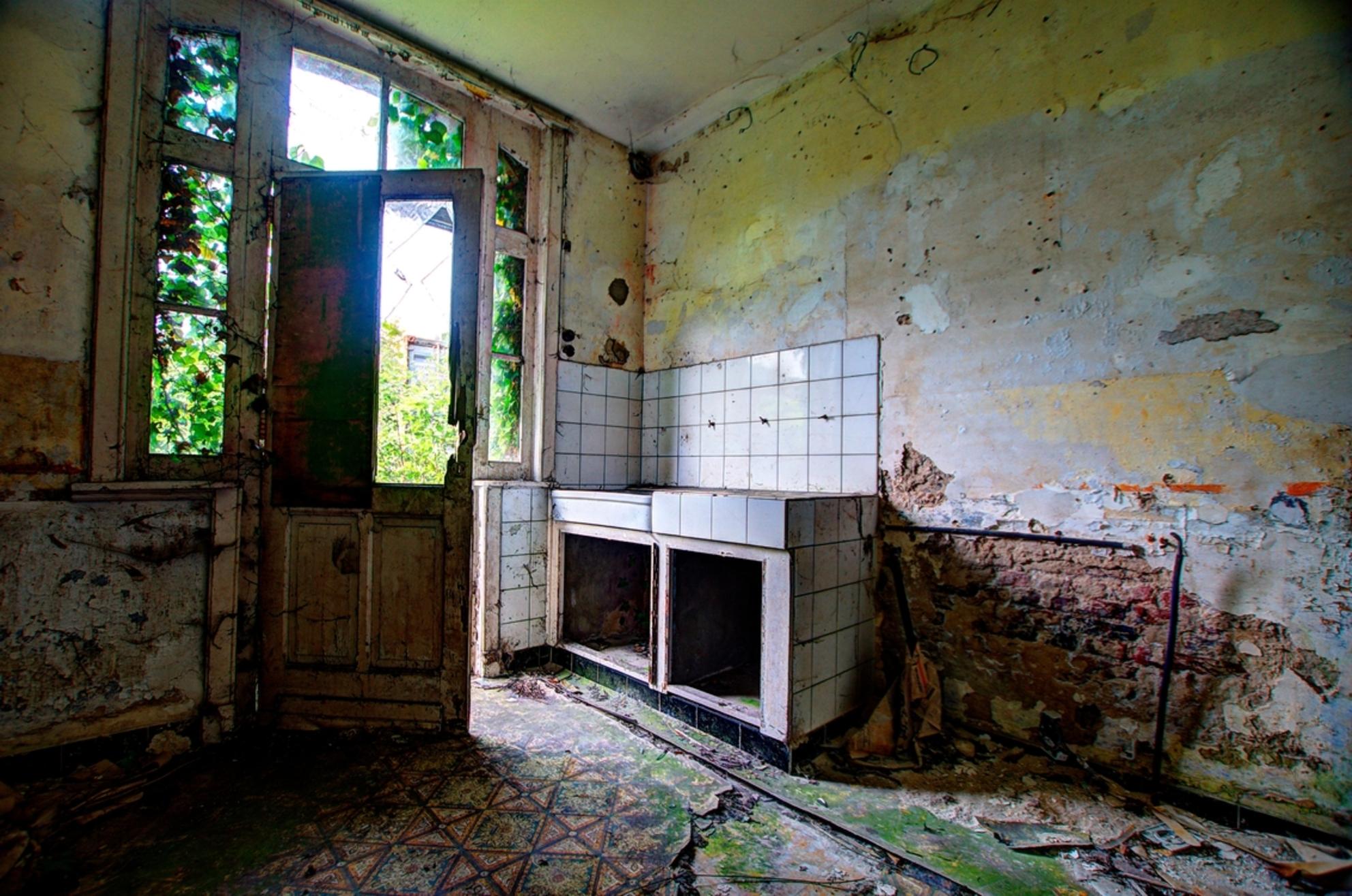 Vrijgegeven - Vergane glorie van een gevangeniswoning. - foto door joheuvel92 op 28-05-2016 - deze foto bevat: oud, licht, schaduw, stilleven, raam, keuken, urban, deur, verlaten, hdr, urbex, urban exploring