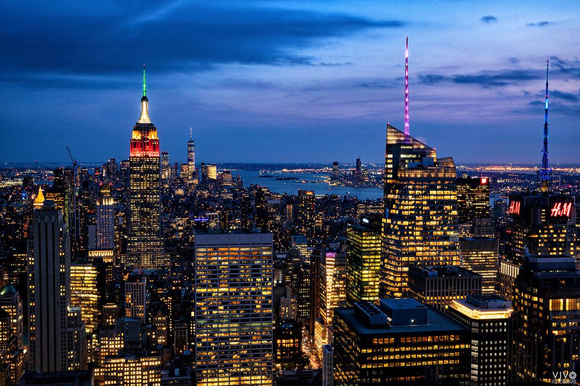 Blauw uurtje - Het blauwe uurtje gefotografeerd vanaf de rockefeller tower. Was het wachten waard. - foto door Vivo op 01-02-2020 - deze foto bevat: lucht, kleur, vakantie, architectuur, gebouw, stad, usa, amerika, toerisme, wolkenkrabbers, reisfotografie, New York, blauw uur