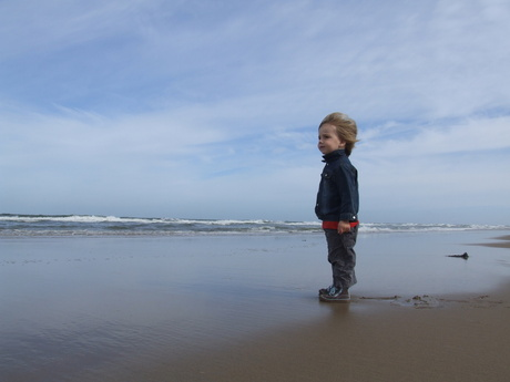 Raoul aan het strand in Zandvoort .