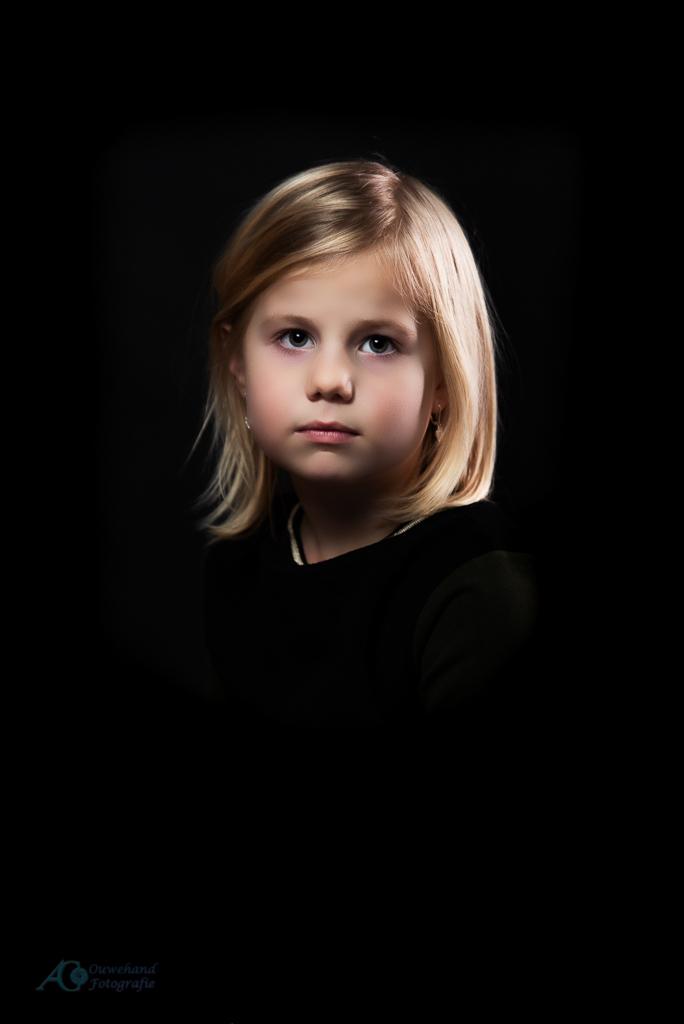 Lizzy - Een portret waar de uitdrukking centraal moest staan en een stevig contrast moest hebben. De nabewerking iets verder doorgevoerd dan normaal om een i - foto door sparetime op 03-06-2020 - deze foto bevat: donker, portret, flits, kind, meisje, lief, beauty, studio, blond, fotoshoot, lowkey