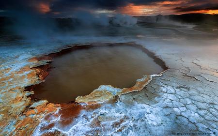 Hveravellir - IJsland - Een tweede upload van een heetwaterbron in dit bijzondere gebied. Het lijkt wel of je op een andere planeet loopt! Achterin het beeld een kleine vu - foto door h.meeuwes op 07-01-2017 - deze foto bevat: water, natuur, zonsondergang, nevel, ijsland, nacht, rook, buitenaards, dreigend, bron, heetwater, fototrip, henk meeuwes, korst