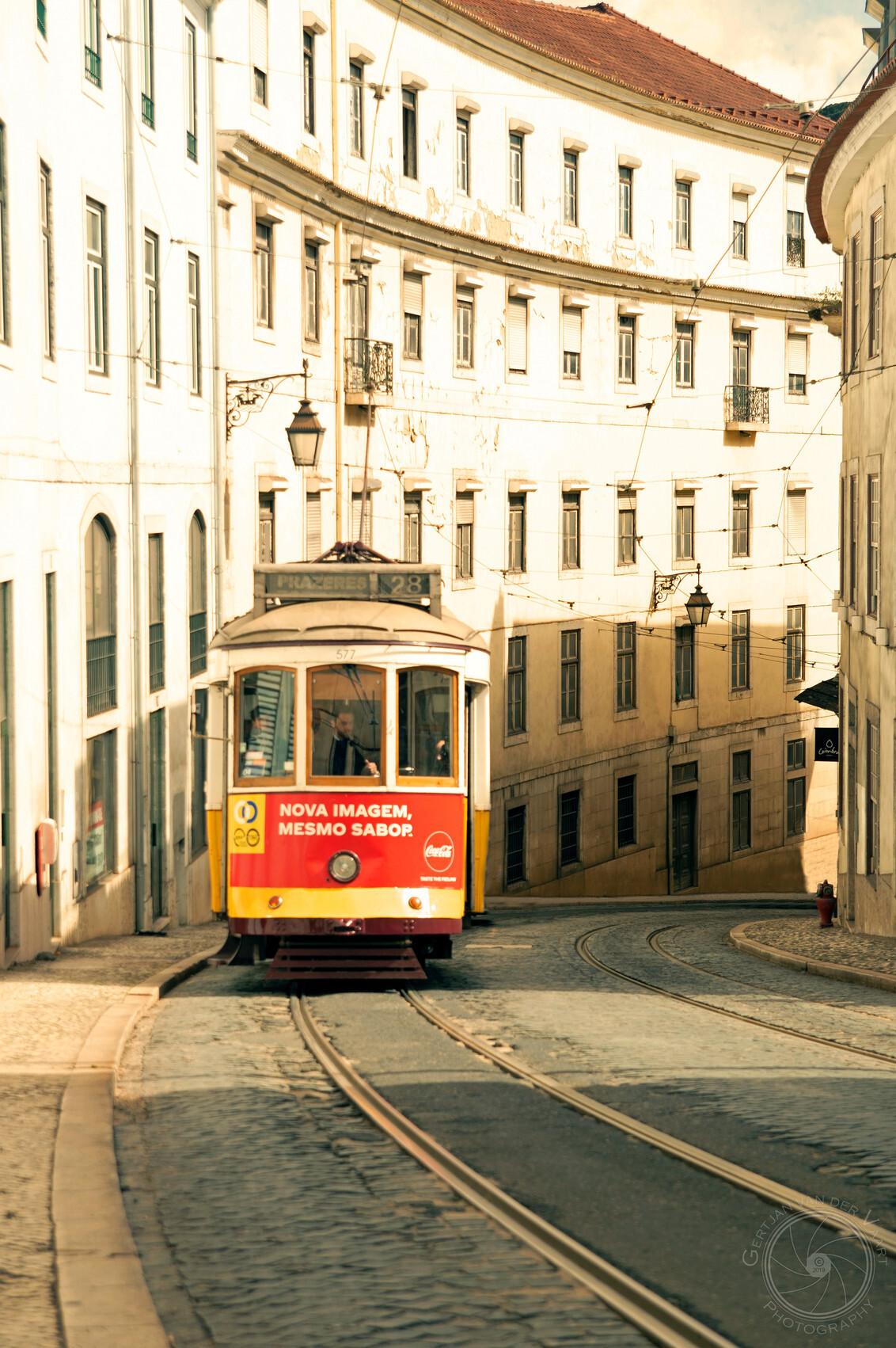 Tram 28 in Lisboa - De beroemde tramlijn 28 in Lisboa - foto door Gertjan68 op 22-11-2020 - deze foto bevat: station, kleur, trein, vakantie, reizen, stad, straatfotografie, reisfotografie, europa