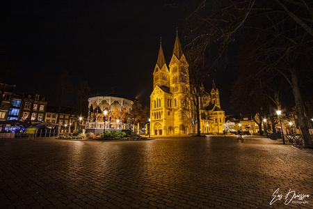Munsterkerk Roermond - De Munsterkerk aan het Munsterplein in Roermond vormt samen met de Sint Janskerk in Nieuwstadt het enige voorbeeld in Nederland van een kerk in resta - foto door EusDriessen op 12-04-2021 - locatie: Roermond, Nederland - deze foto bevat: munsterkerk, roermond, limburg, groothoek, avondfotografie, hdr, religie, munsterplein, water, gebouw, lucht, venster, fabriek, architectuur, oriëntatiepunt, toren, boom, meer