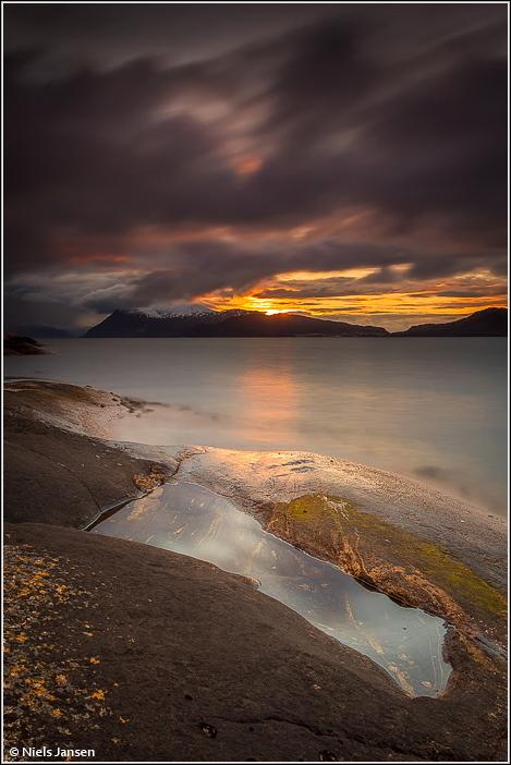 Black Clouds - Iedereen bedankt voor de reacties en tips op 'Faded Colors'.  Groet Niels - foto door NielsJansen op 26-04-2016 - deze foto bevat: lucht, wolken, water, licht, sneeuw, avond, zonsondergang, spiegeling, reflectie, landschap, bergen, kust, noorwegen, rotsen, fjord, dreigend, lange sluitertijd, Donkere wolken, niels jansen, portretstand
