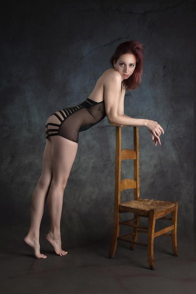 Aria - Het Italiaanse model Aria Rainbow. - foto door jhslotboom op 08-04-2021 - deze foto bevat: haar, gezamenlijk, hand, schouder, arm, been, flitsfotografie, knie, dij, taille