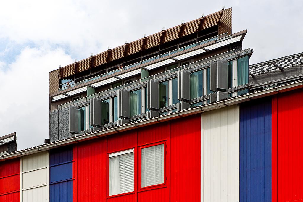 Optische Illusie - De kleurrijke werkketen en het nieuwe Mint-Hotel in Amsterdam smelten vanuit deze kijkhoek samen tot een merkwaardig architectonisch hoogstandje. - foto door PhotoMad op 12-07-2011 - deze foto bevat: amsterdam, hotel, bouwkeet, werkkeet, PhotoMad, Mint-hotel