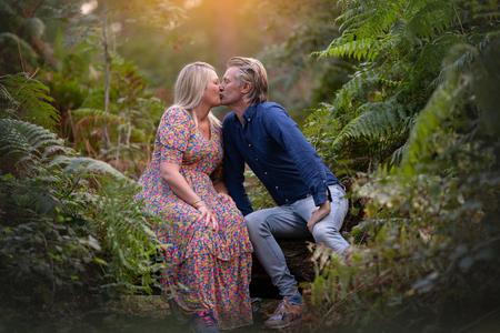 Kus - - - foto door BrendaRoos op 03-02-2021 - deze foto bevat: licht, bos, liefde, valentijn, tegenlicht, daglicht, lief, kus, varens, fotoshoot, koppel, valentijnsdag, loveshoot