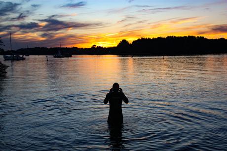 Zwemtraining in Veluwemeer tijdens zonsondergang