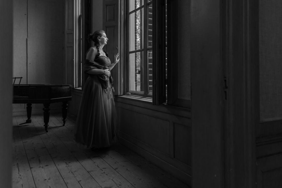 verlangen - fotoshoot in Landhuis Oud Amelisweerd; model: Karin - foto door marijkevano op 02-03-2021 - deze foto bevat: vrouw, portret, model, daglicht, fotoshoot