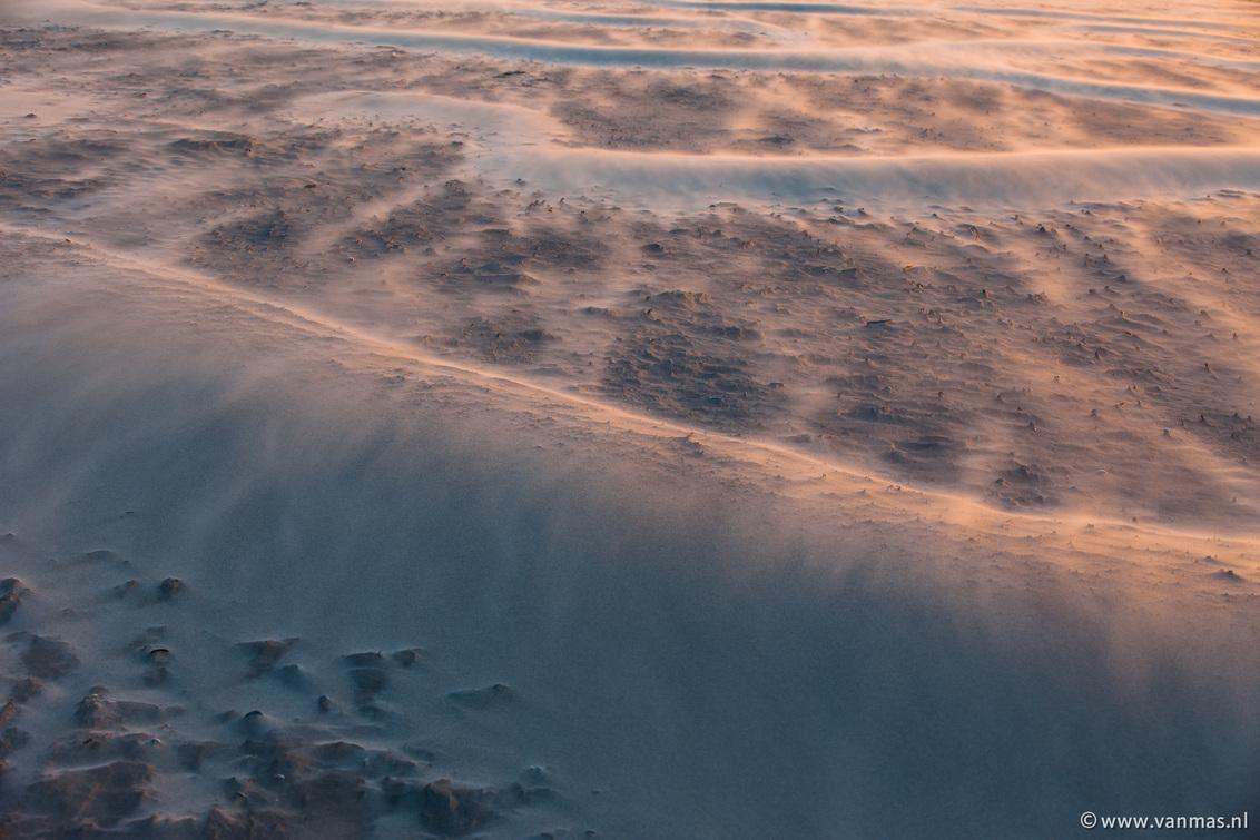 Zandwaas - Zand wordt over zand geblazen in het laatste licht van de dag. - foto door Vanmas op 16-11-2013 - deze foto bevat: strand, wind, zand