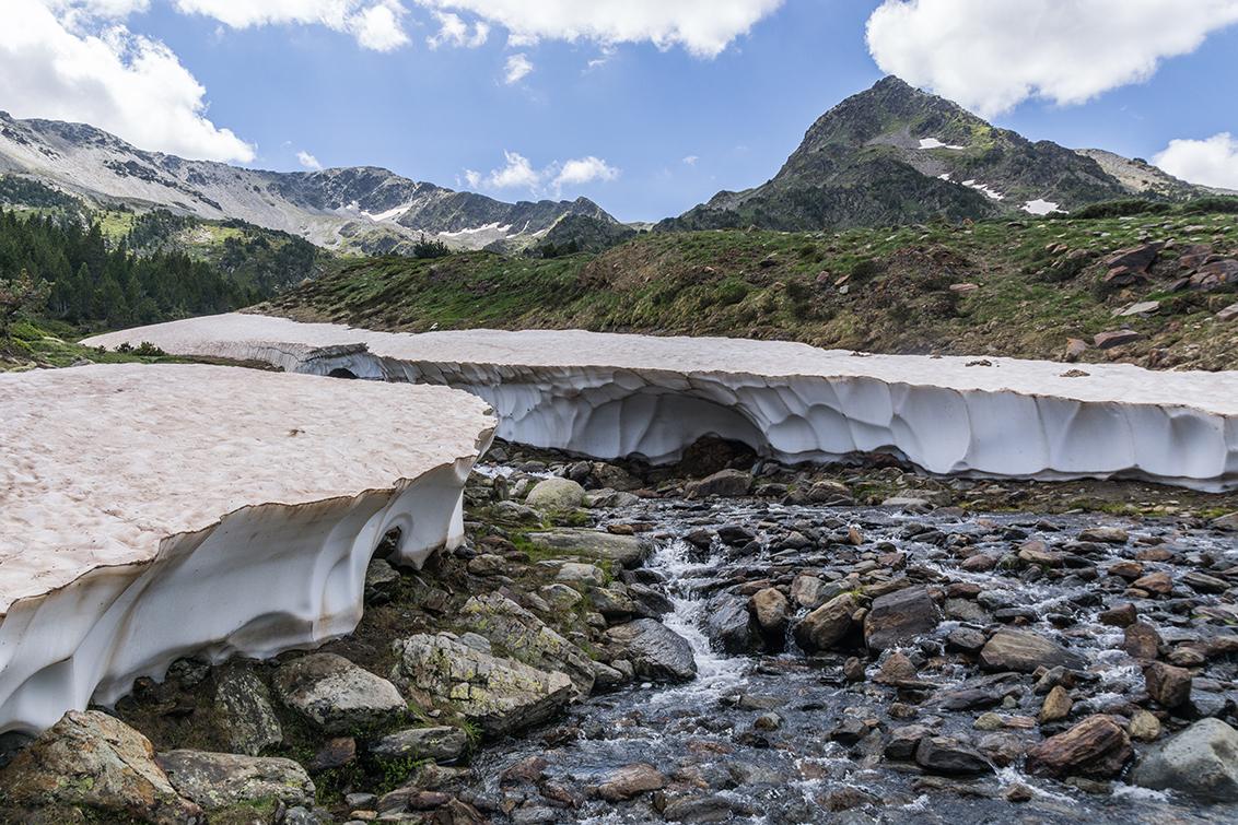 De Laatste Sneeuw - Het laatste sneeuwveld van de vakantie. 17 jaar geleden was ik hier met mijn ouders en toen was hier een brug van sneeuw over de rivier waar ik onder - foto door Sake-van-Pelt op 15-09-2014 - deze foto bevat: lucht, zon, water, natuur, licht, sneeuw, vakantie, ijs, landschap, bomen, bergen, rivier, pyreneeen
