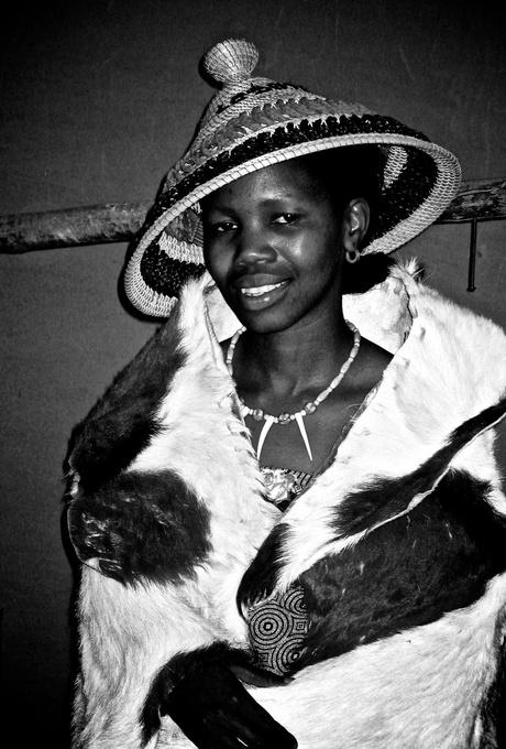 Jonge vrouw in traditionele kleding