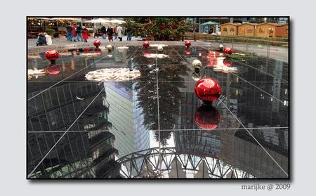 Berlijn 15 - Nu niet langer omhoog kijken op het Sony Plaza in Berlijn, maar even alles samenvatten voordat ik het Plaza verlaat. - foto door ekeren op 20-02-2009 - deze foto bevat: spiegeling