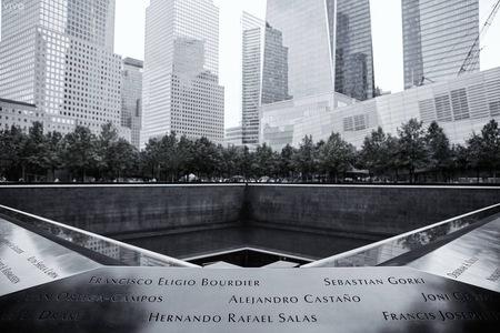 9/11 Memorial - Lastig plek om te fotograferen, zeker omdat we daar op 9/11 waren en diverse herdenkingen gaande waren. - foto door Vivo op 16-02-2020 - deze foto bevat: vakantie, architectuur, gebouw, stad, bewerking, amerika, memorial, reisfotografie, New York, 9/11