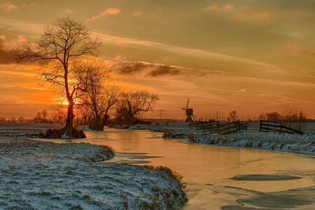 Winterzon - Zonsondergang in de polder van Molenaarsgraaf. - foto door TourDeFrans op 12-02-2021 - deze foto bevat: lucht, natuur, winter, zonsondergang, ijs, landschap, molen, polder, hdr, alblasserwaard