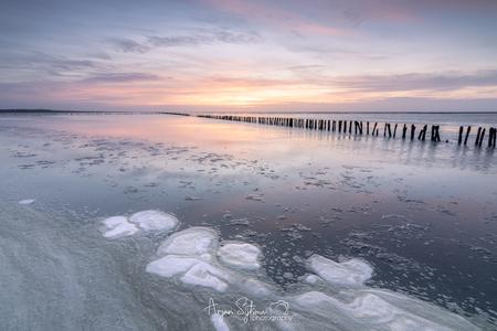 Lijnen op het Wad - - - foto door ArjanSijtsma op 26-03-2021 - deze foto bevat: lucht, wolken, zon, strand, zee, water, lente, natuur, licht, avond, lijnen, zonsondergang, spiegeling, reflectie, landschap, avondrood, avondlicht, tegenlicht, zand, kust, zonlicht, weerspiegeling, wadden, waddenzee, friesland, wad, golfbreker, diepte, pastel, lichtinval, sluierbewolking, fryslan, pastelkleuren, werelderfgoed, ternaard, lange sluitertijd, hoge bewolking