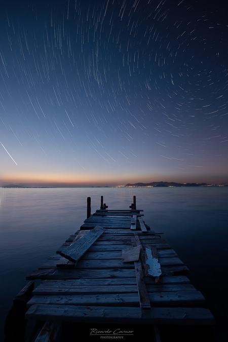 Time flies - Een steiger voor het hotel, een onbewolkte avond..dat vraagt om deze foto. Dit zijn 120 foto's van ieder 20 sec op elkaar gestackt. - foto door ric4rdography op 14-05-2018 - deze foto bevat: avond, vakantie, landschap, kust, sterren, griekenland, steiger, kos, sterrenhemel, sterrenspoor, blenden, startrail, lange sluitertijd, blauw uur, Blauwe uurtje