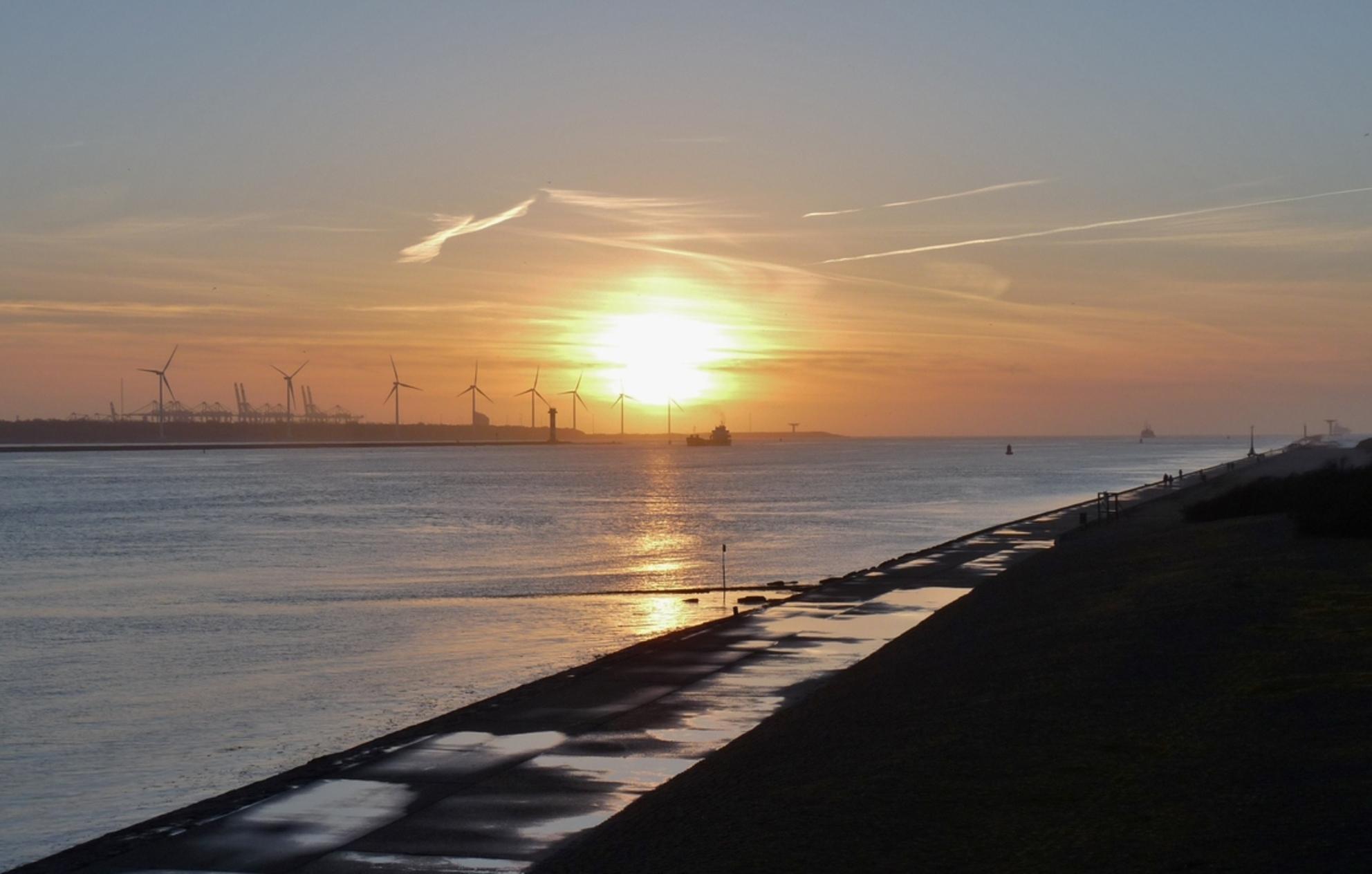 P1380261 Avondsfeer H v Holland Noorderpier 25mrt 2016 - Hallo Zoomers . GROOT kijken en even lezen . Deze avondsfeer compo maakte ik op 25mrt 2016  rond 19.00 uur  vanaf de Tafelbunker  bij de Noorderpier  - foto door jmdries op 28-03-2016 - deze foto bevat: wolken, zee, natuur, zonsondergang, landschap, duinen, pier, nederland - Deze foto mag gebruikt worden in een Zoom.nl publicatie