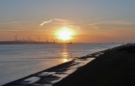 P1380261 Avondsfeer H v Holland Noorderpier 25mrt 2016 - Hallo Zoomers . GROOT kijken en even lezen . Deze avondsfeer compo maakte ik op 25mrt 2016  rond 19.00 uur  vanaf de Tafelbunker  bij de Noorderpier  - foto door jmdries op 28-03-2016 - deze foto bevat: wolken, zee, natuur, zonsondergang, landschap, duinen, pier, nederland