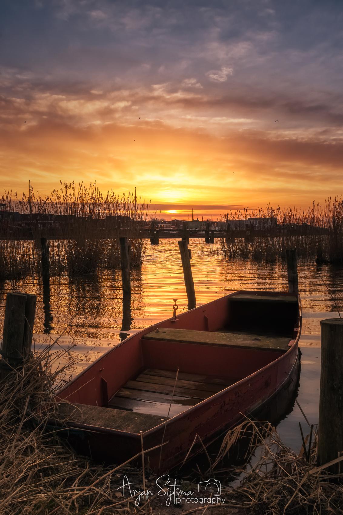 Zonsopkomst bij Zoutkamp - - - foto door ArjanSijtsma op 03-09-2018 - deze foto bevat: lucht, wolken, zon, water, lente, natuur, licht, boot, spiegeling, landschap, tegenlicht, zonsopkomst, meer, haven, brug, rivier, kust, zoutkamp, lange sluitertijd, einde van de winter