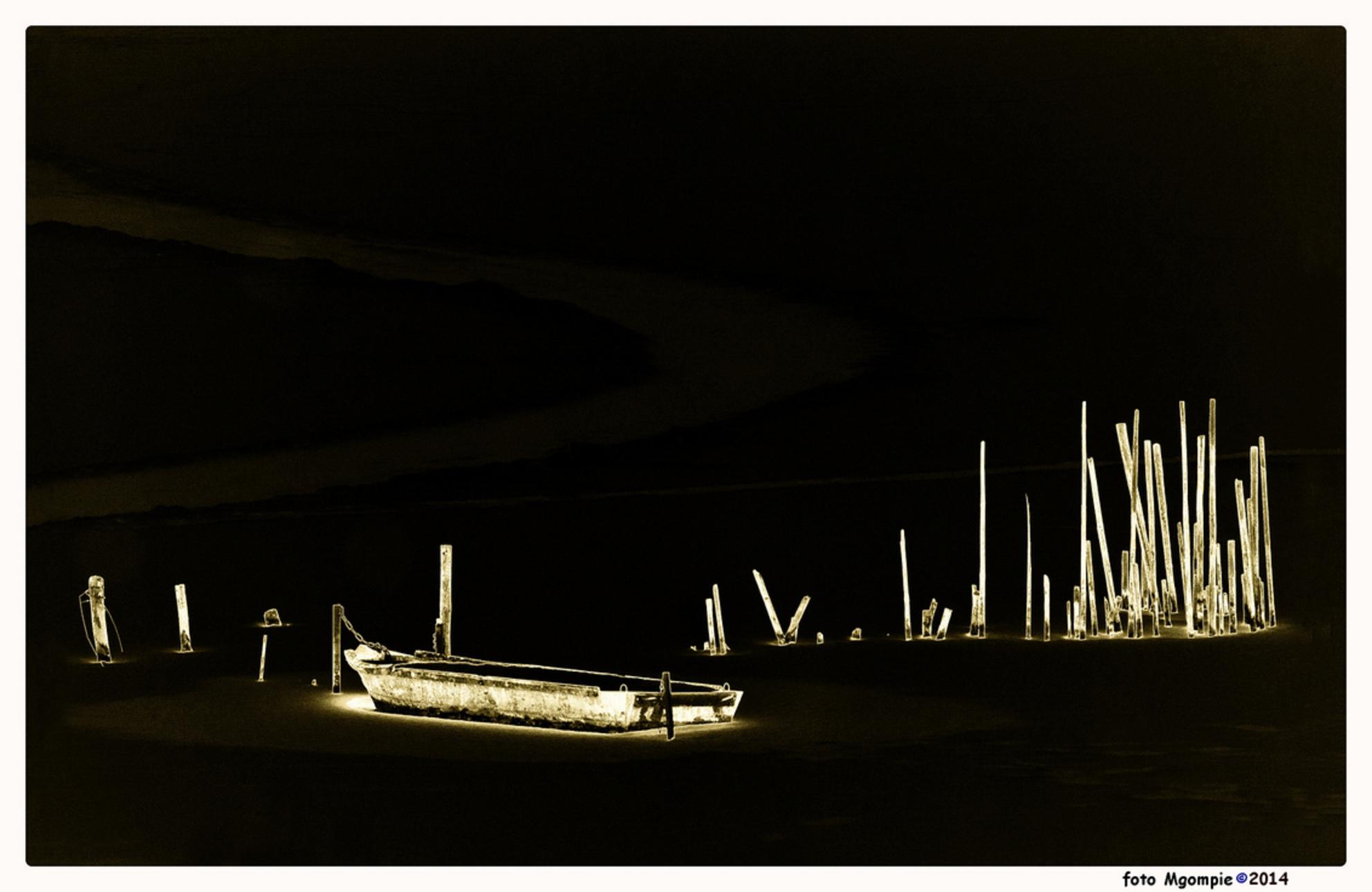Omgekeerde winter - Van de plank; omdat het maar geen winter wil worden de foto maar eens omgekeerd. Mijn plafond zit er in, nu nog een dag of twee afwerken, en dan kun - foto door mgompie op 04-02-2014 - deze foto bevat: boot, ijs, palen, bewerking, mgompie