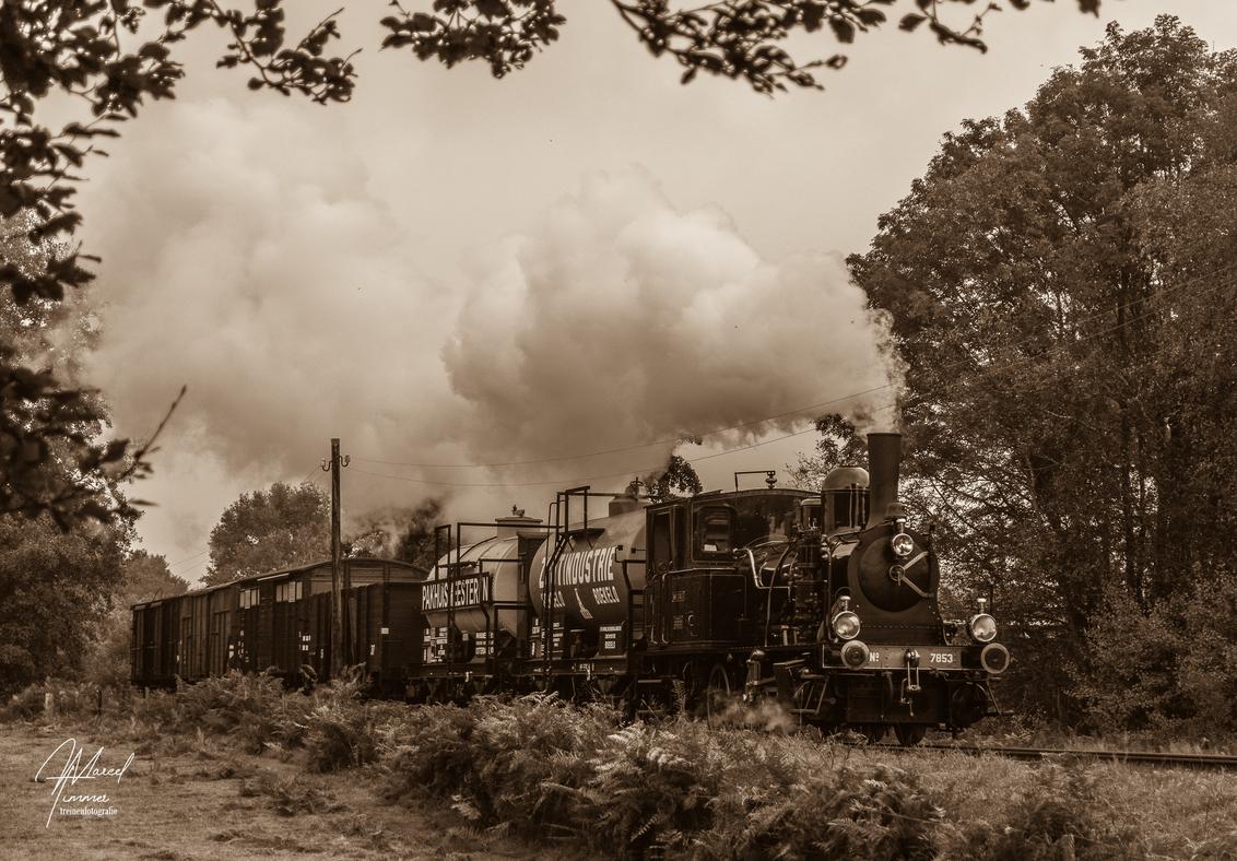 """MBS NS 7853 - De Zwitserse stoomloc MBS loc-8 NS-7853 """"Navizence"""" is tijdens de MBS Najaarsstoomdag op 18-10-2020 onderweg met een lokaalspoor goederentrein richti - foto door MarcelTimmer op 26-10-2020 - deze foto bevat: trein, reizen, voertuig, beweging, stoomtrein, transport, twente, stoomloc, goederentrein, mbs, zwitser, najaarsstoomdag, lokaalspoor, navizence, ns-7853"""