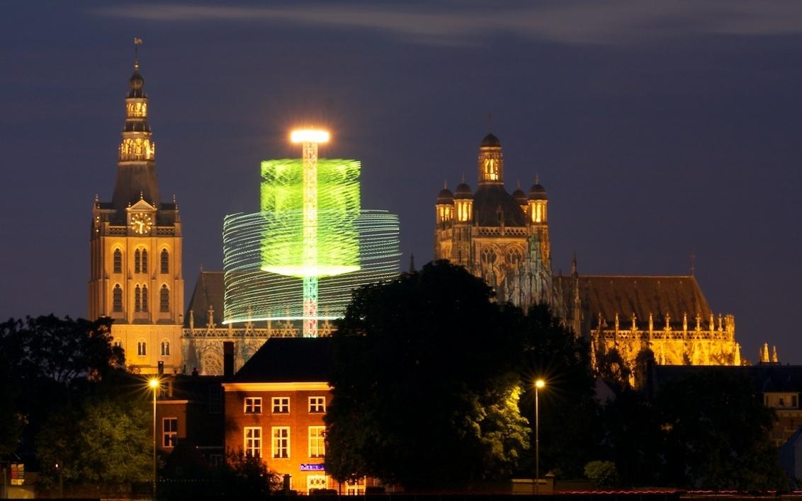 Zweefmolen met kerk - Hemels zweven op deze manier! - foto door edwin5211 op 21-08-2011 - deze foto bevat: kerk, kermis, kathedraal, zweefmolen, den bosch, St. Jan, `s-Hertogenbosch, Sint Janskathedraal