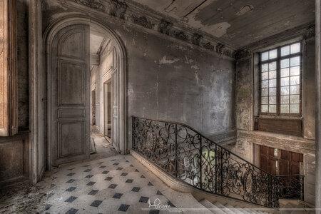 Hal in een verlaten kasteel - - - foto door Curly0509 op 29-10-2020 - deze foto bevat: oud, trap, licht, kasteel, door, urban, deur, verlaten, hal, hdr, stairs, urbex, chateau, urban exploring