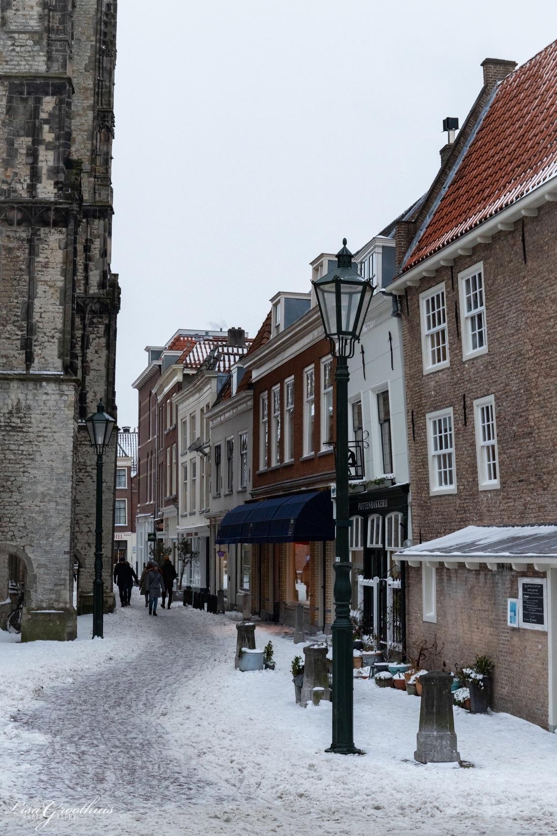 Delft in de sneeuw - - - foto door LGphotography op 09-02-2021 - deze foto bevat: mensen, sneeuw, architectuur, reizen, gebouw, straatfotografie, delft, toerisme, reisfotografie, europa