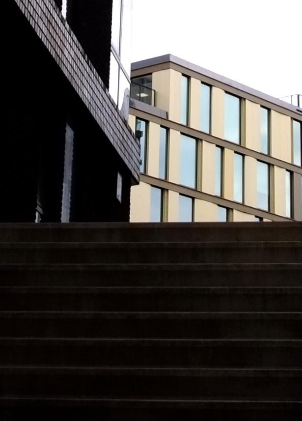on to the light colors - groot zien aub - foto door c.buitendijk53 op 14-04-2021 - locatie: Utrecht, Nederland - deze foto bevat: archtectteur,, kleur, zwart, gebouw, lucht, venster, trap, hout, rechthoek, vloeren, hardhout, facade, tinten en schakeringen