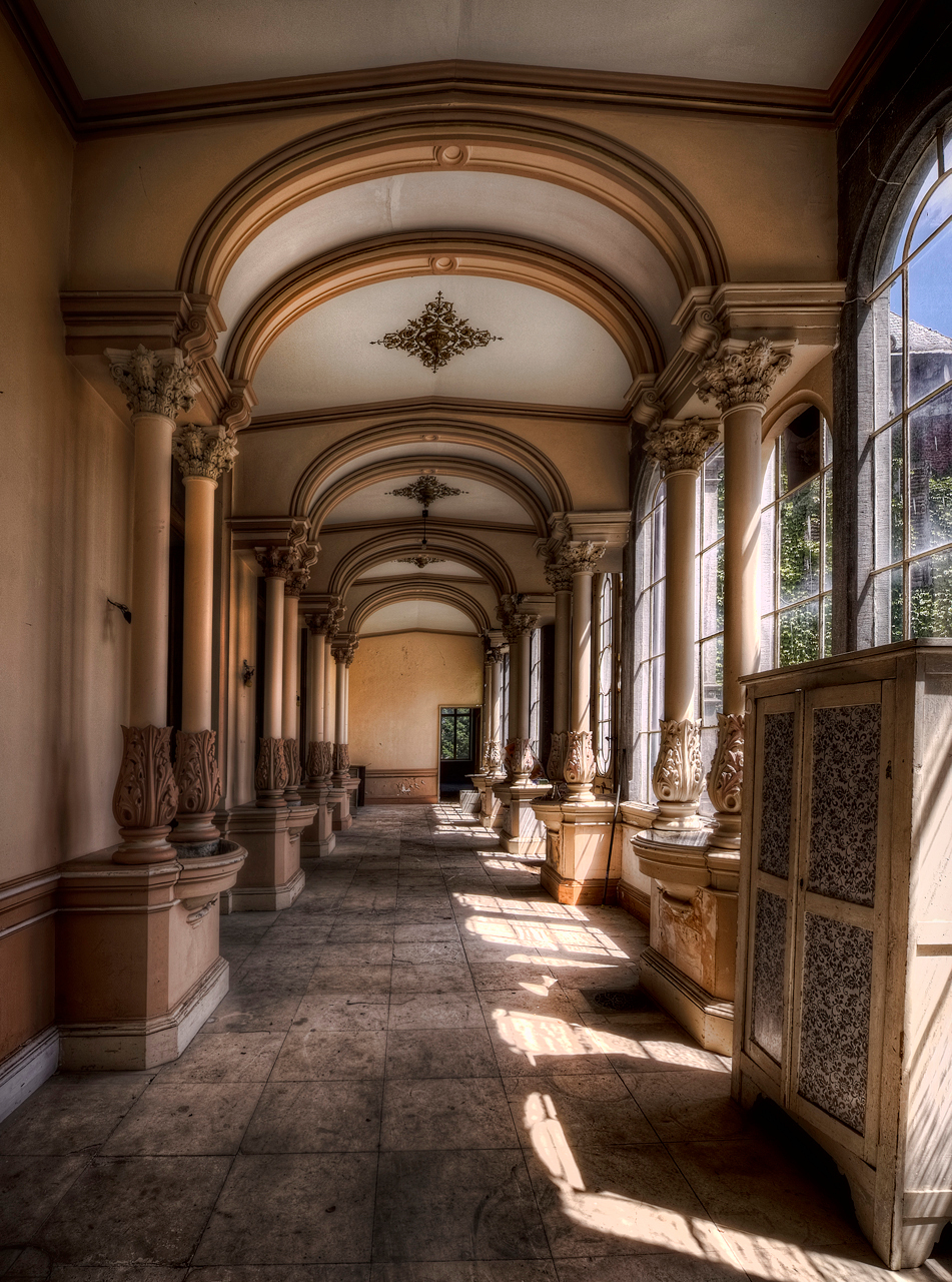 Chateau H. - Een impressie van Chateau H. Een verlaten kasteel in belgie, marmeren vloeren, geweldige kamers en aristocratische plafonds - foto door nfeijen op 27-06-2011 - deze foto bevat: urbex zon lichtval kasteel trap trappenhuis verlaten chateau