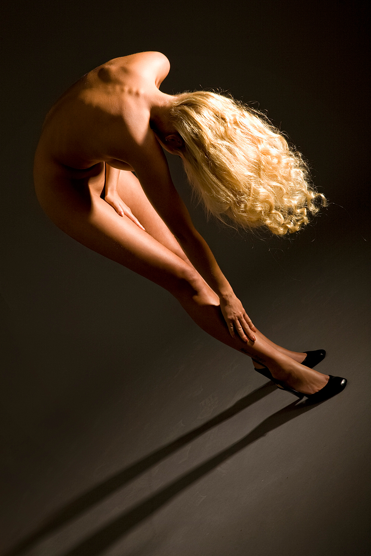 The beauty of a Woman - schoonheid van een vrouw.. - foto door boldy_zoom op 18-10-2008 - deze foto bevat: donker, handen, wind, erotiek, mooi, naakt, jong, schoonheid, blond, nagels, lichaam, borsten, doek, bloot, tepel, sexy, verlangen, onschuld