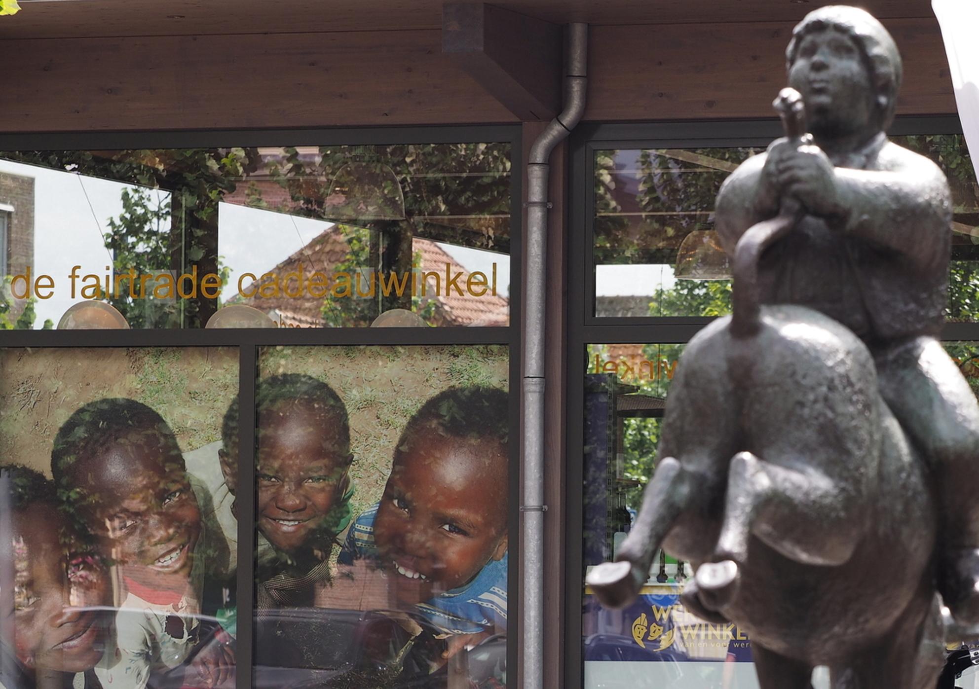Beelden - Gekke Dik Trom....en de lachende Kinderen ,in een beeld gepakt ... - foto door pietsnoeier op 15-08-2016 - deze foto bevat: beeld, kinderen, lachen, straatfotografie, hoofddorp, diktrom - Deze foto mag gebruikt worden in een Zoom.nl publicatie