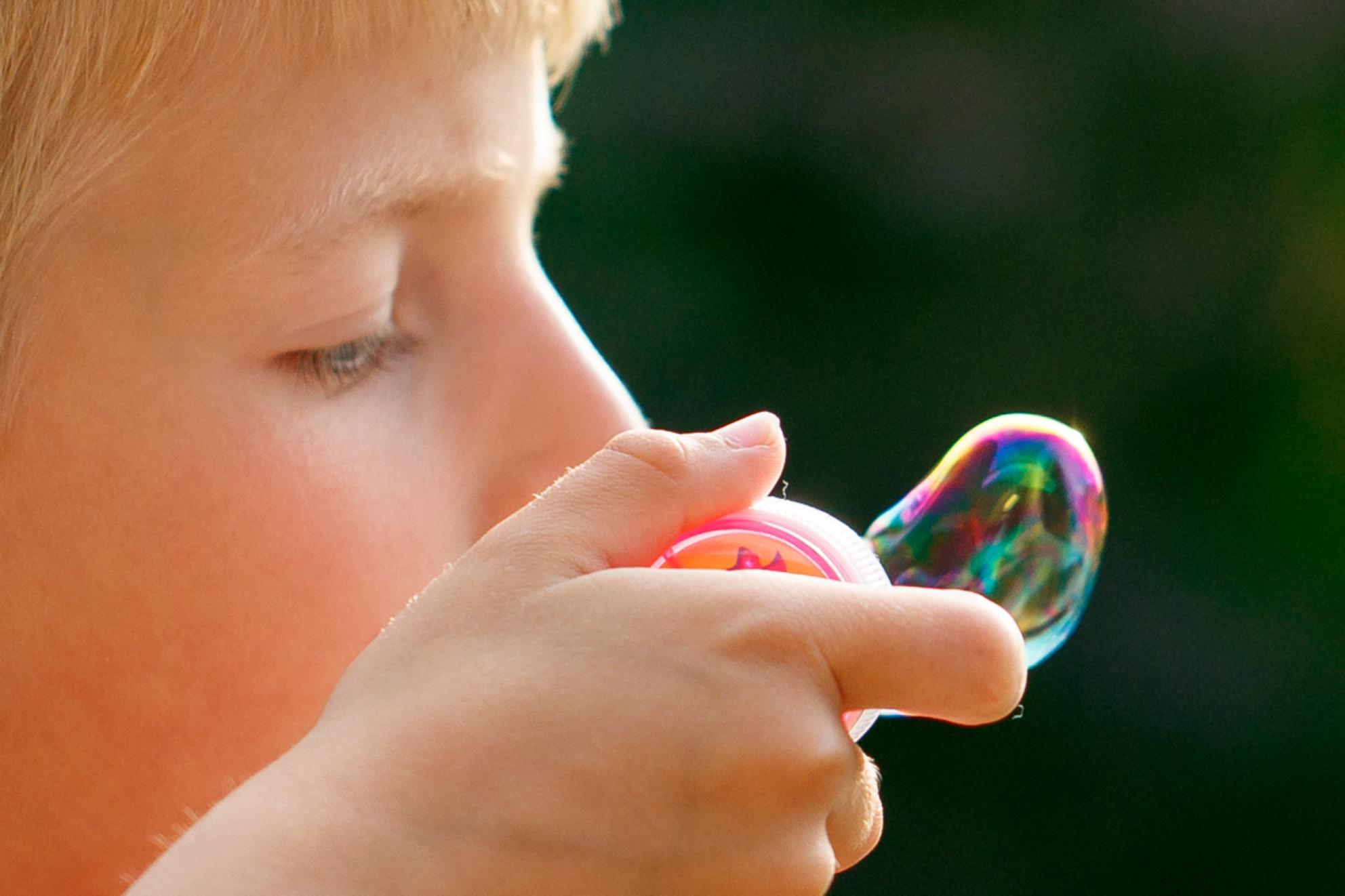 Het korte leven van de zeepbel I - - - foto door maartenbrouwers op 31-05-2017 - deze foto bevat: zomer, reflecties, bellenblaas