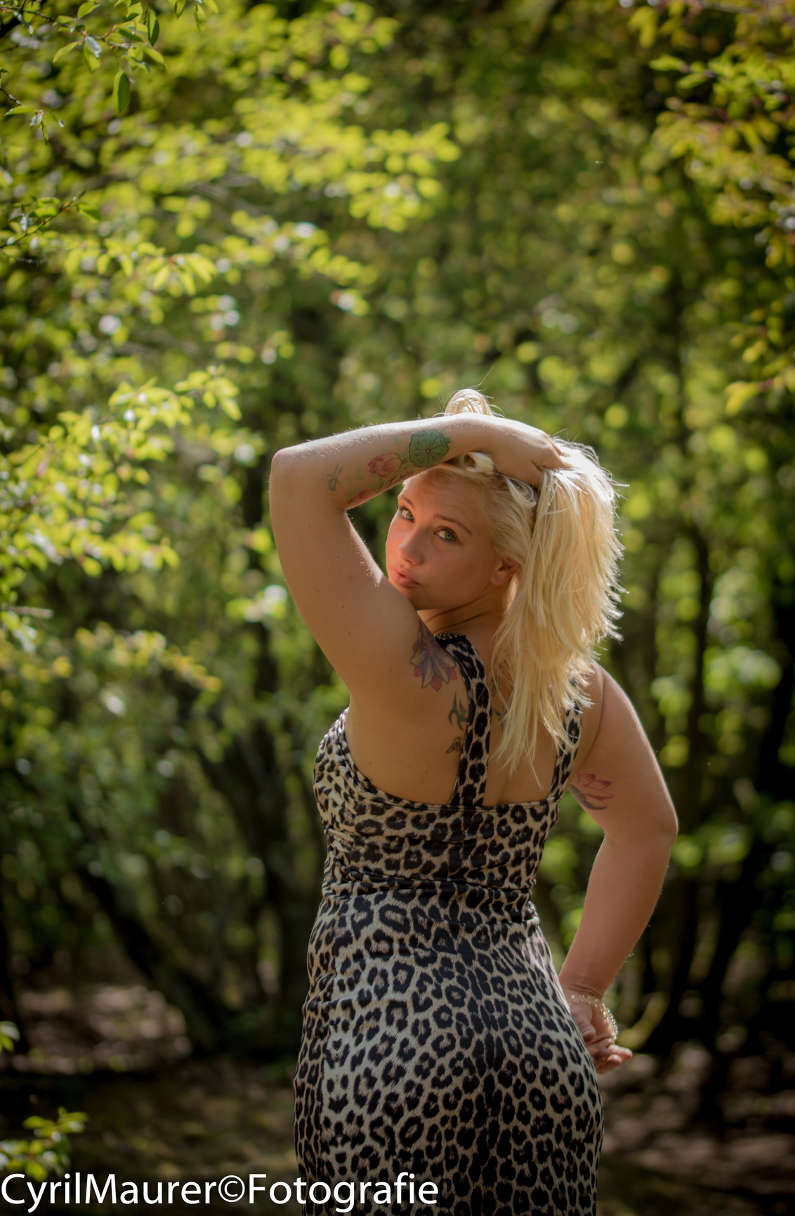 Mandy in bos omgeving - dit is de eerst uit de serie die ik ga plaatsen van het mooie Model Mandy . ik ga ook een bruiloft fotoshoot doen 30mei. dan sta ik ook achter de cam - foto door sipmaurer op 17-05-2016 - deze foto bevat: vrouw, portret, model, tegenlicht, daglicht, ogen, blond, jurk, fotoshoot, mandy