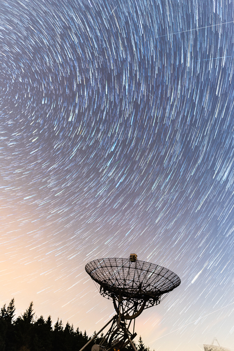 Star trails bij de radio telescoop in Westerbork