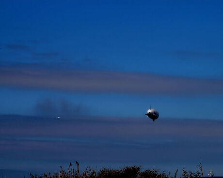 Grootste Zeppelin vaart boven kijkduin