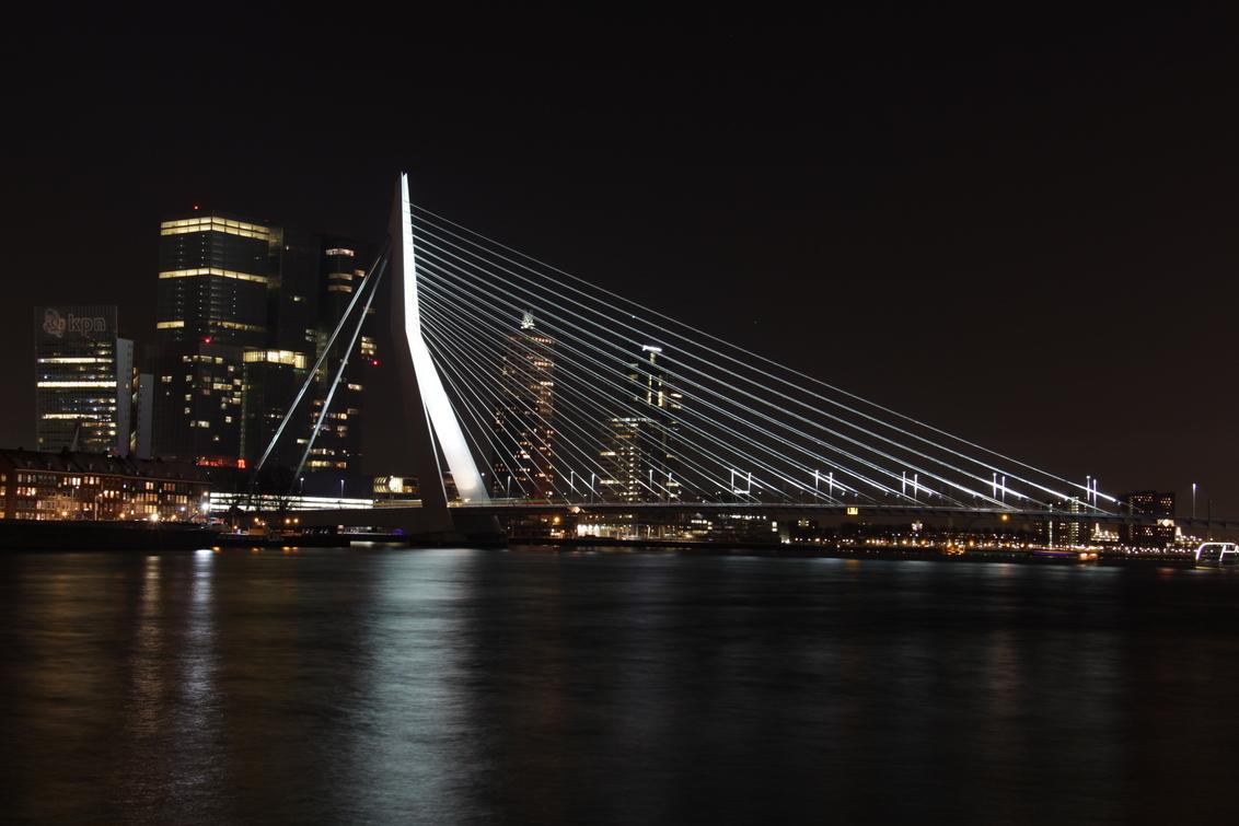 Erasmusbrug - Erasmusbrug met KPN gebouw - foto door Djarno700D op 30-12-2014 - deze foto bevat: water, rotterdam, licht, avond, reflectie, erasmusbrug, skyline, brug, nacht, verlicht, kpn, erasmus