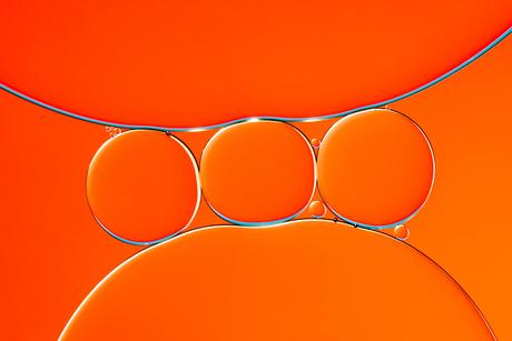 Oliedruppels op water oranje