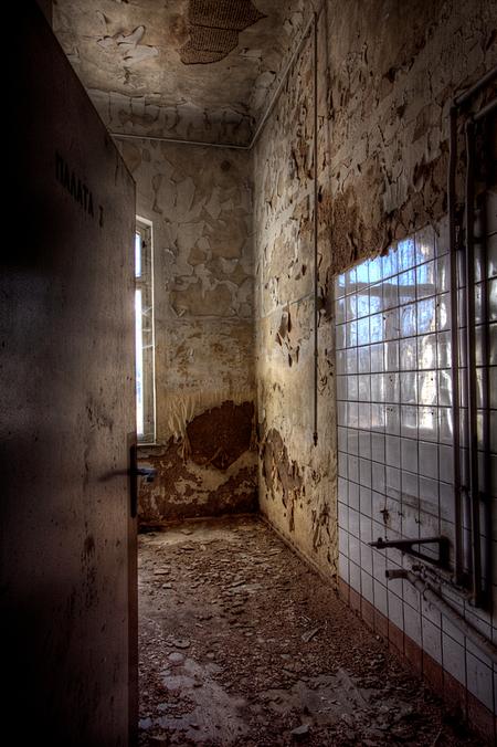 Russian Sanatorium 4 - Op 20-11-2010 hebben Jos,Ewout,bastiaan en ik een bezoek aan dit sanatorium  Het is een hdr foto  Kijk ook eens op mijn website: [url]http://lost - foto door Jascha_400D op 01-12-2011 - deze foto bevat: old, time, in, vergeten, urban, lost, germany, verboden, hdr, forbidden, ziekenhuis, place, forgotten, urbex, sanatorium, ddr, tonemapping, russian, decay, hoste, places, jascha, ue