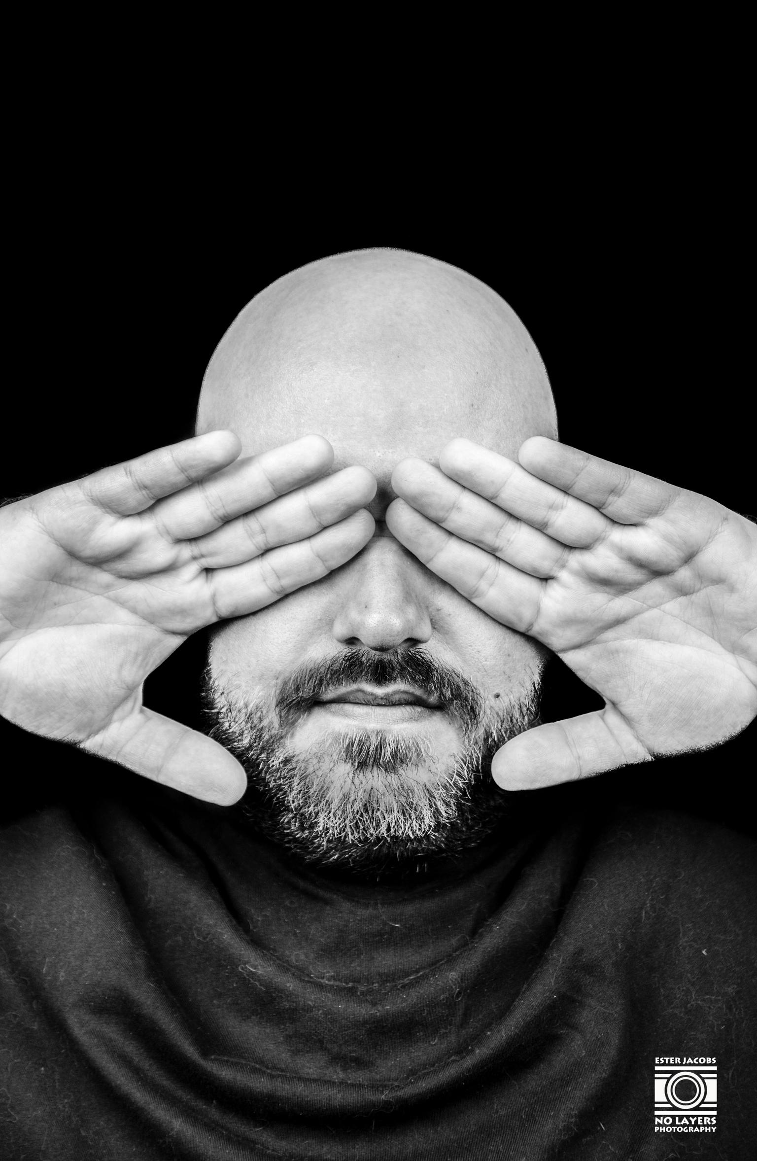 Hidden - Hidden Serie - foto door NoLayersPhotography op 10-04-2021 - deze foto bevat: man, studio, fotoshoot, handen, zwart wit, model, kleding, voorhoofd, gezicht, hoofd, bril, kin, hand, arm, oog, mond