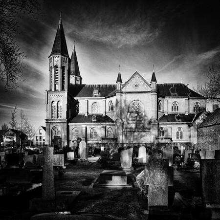 Kerk en kerkhof - In een dorp heb je nog kerken met kerkhovem (Kaatsheuvel HH. Martelaren van Gorcum) - foto door Jules_zoom op 13-01-2021 - deze foto bevat: kerk, kerkhof, dorp, zwartwit, kaatsheuvel