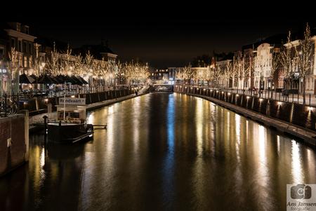 Breda in kerstsfeer - Breda bij avond.  Bedankt voor de reacties bij mijn vorige upload. - foto door Ans-j1 op 21-12-2018 - deze foto bevat: donker, water, licht, boot, avond, spiegeling, haven, breda, nacht, nachtfotografie, reflecties