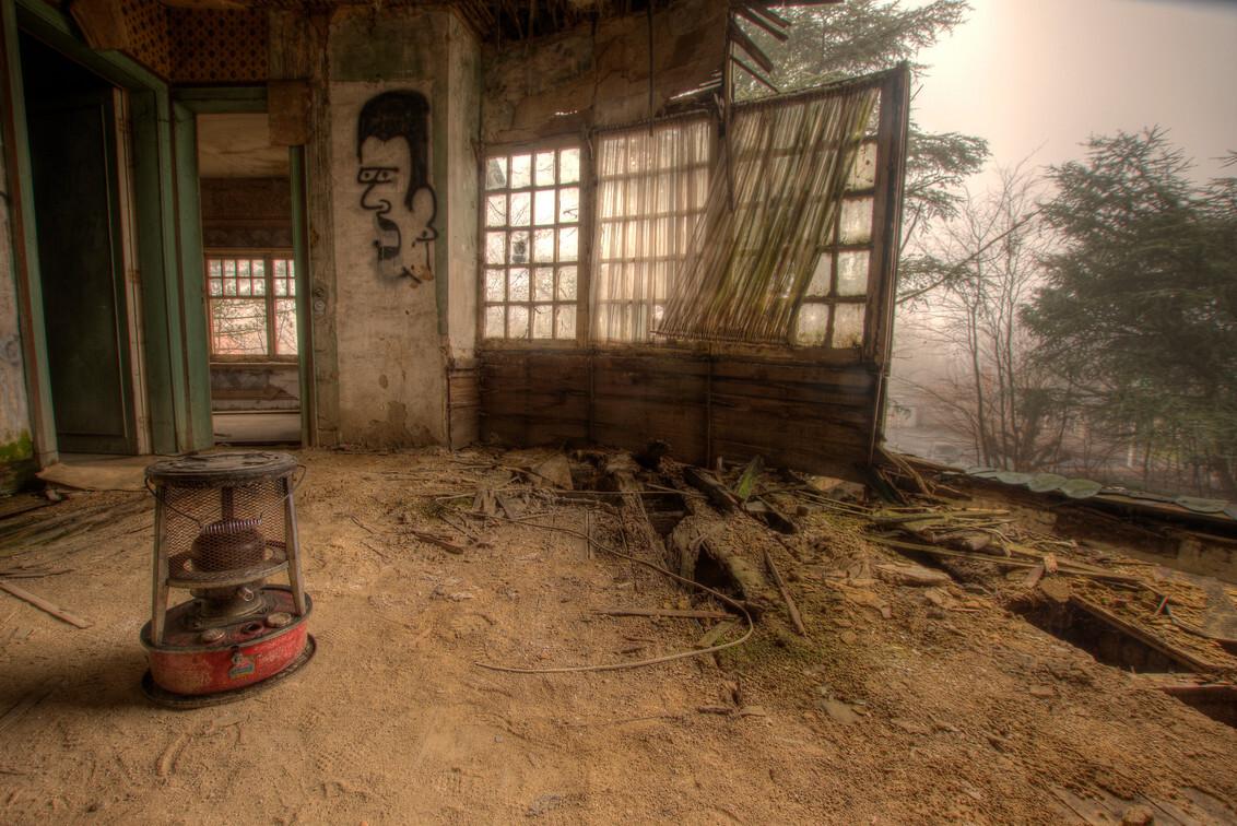 Tochtstrips - Buiten hangt er vandaag een flinke mist, binnen zou het er behaaglijk warm kunnen zijn, ware het niet dat de ramen niet gesloten kunnen worden, omdat - foto door joheuvel92 op 28-12-2016 - deze foto bevat: oud, schaduw, stilleven, urban, verlaten, hdr, urbex, kachel, urban exploring, open ramen