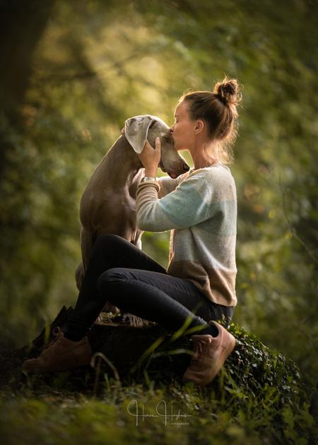 The Purest of Bonds - Een dierbaar moment tussen hond en baas. - foto door Haron-Haghuis op 24-10-2019 - deze foto bevat: huisdier, hond, band, vriendschap, teder, weimaraner