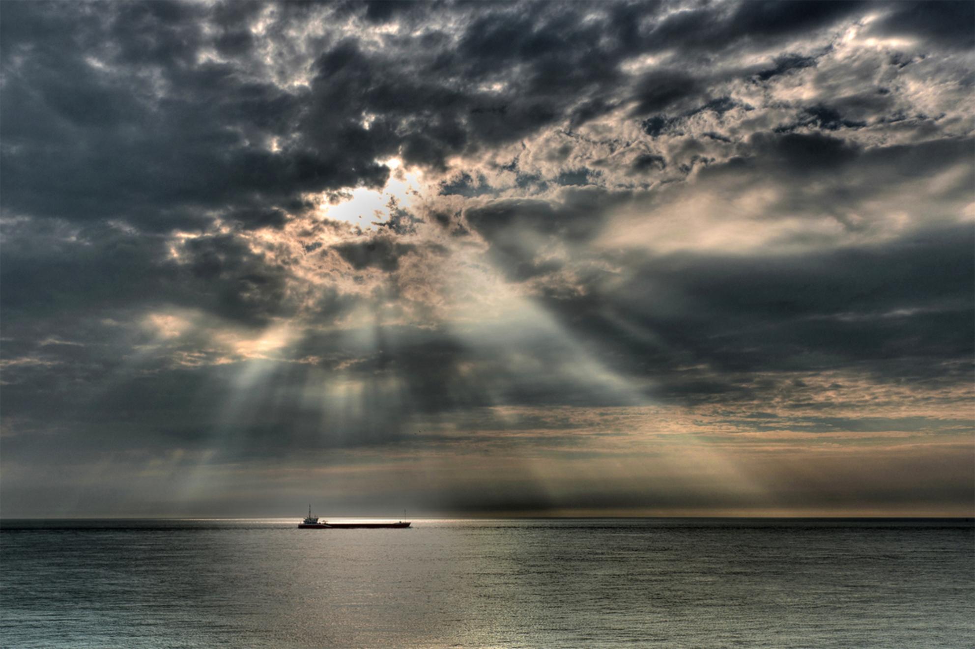 Behouden vaart?! - Mooie lichtval door een gaatje in de zware bewolking. Met HDR nog een beetje aangezet... - foto door hlavooij op 26-07-2013 - deze foto bevat: lucht, wolken, strand, zee, zeeland, schip, noordzee, walcheren, sky, westkapelle